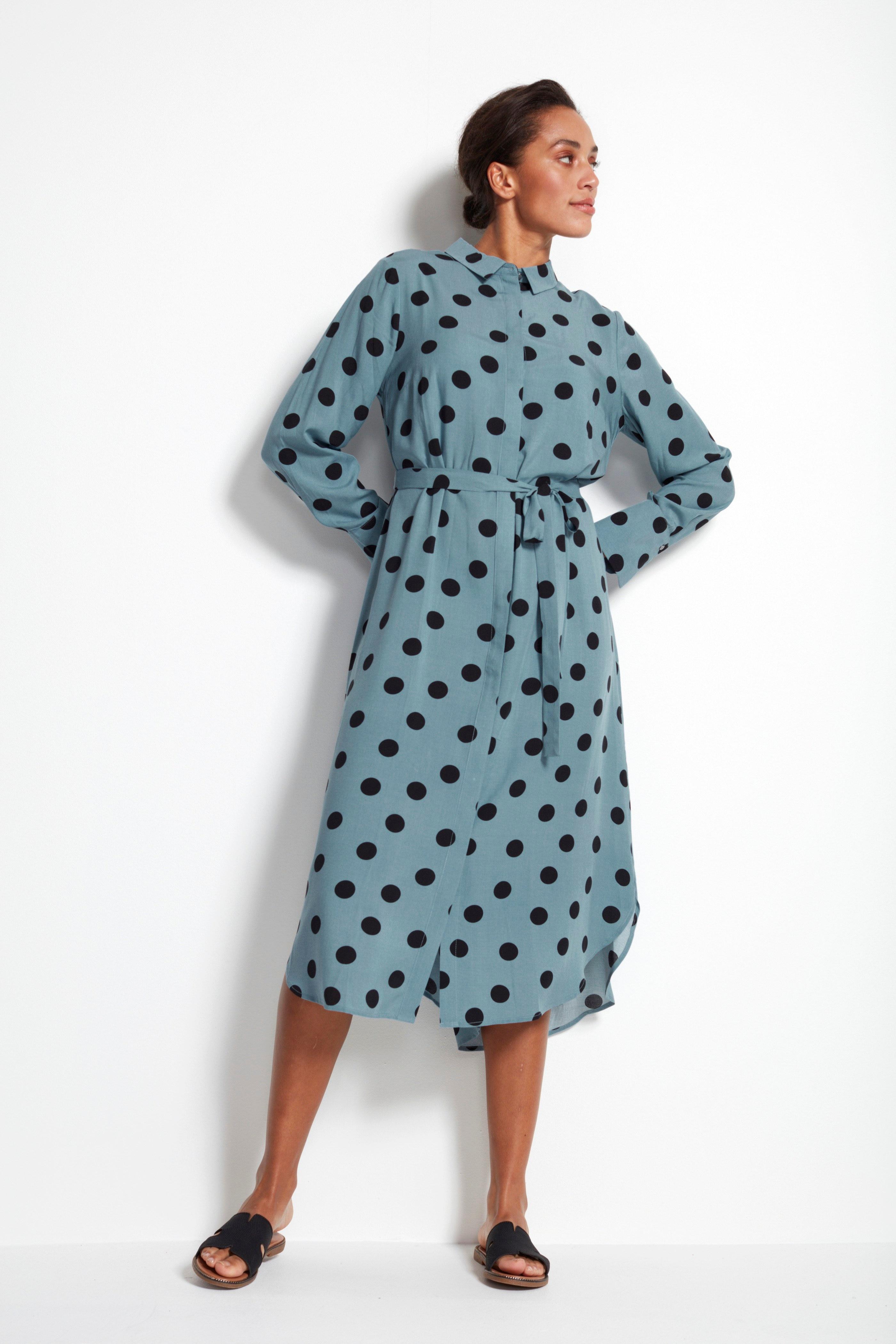 Prickig skjortklänning