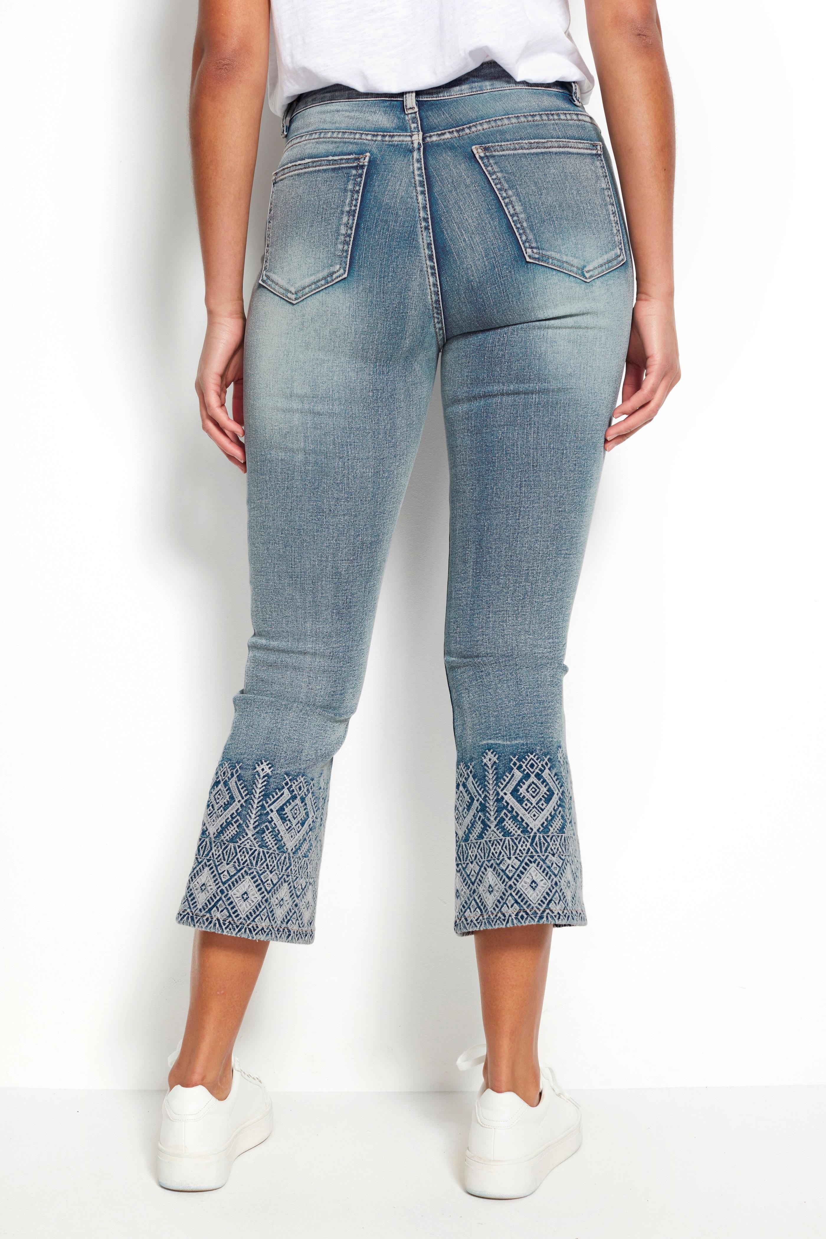 Korta utsvängda jeans med brodyr