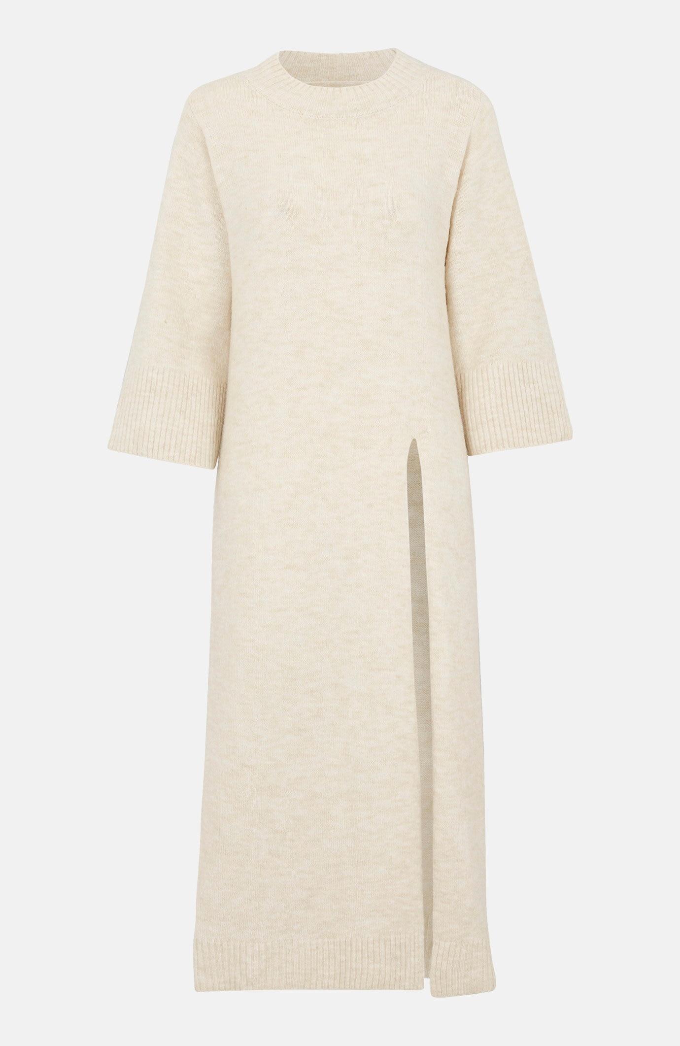 Stickad klänning med en hög slits